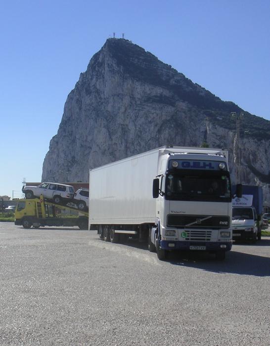 Naast onze bussen werken wij samen met collega-chauffeurs zodat wij goederen ook per vrachtwagen kunnen vervoeren